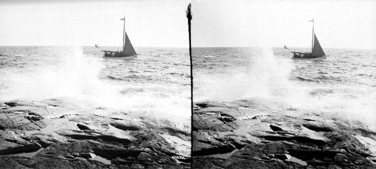 (Stereo karta V) Tåudden, en seglare o en stor bränning. 3 Juli 1904.