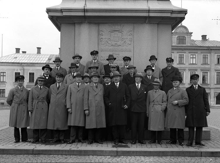 """Uppgift enligt fotografen: """"Uddevalla. Grupp på torget. Herr Hermansson."""""""