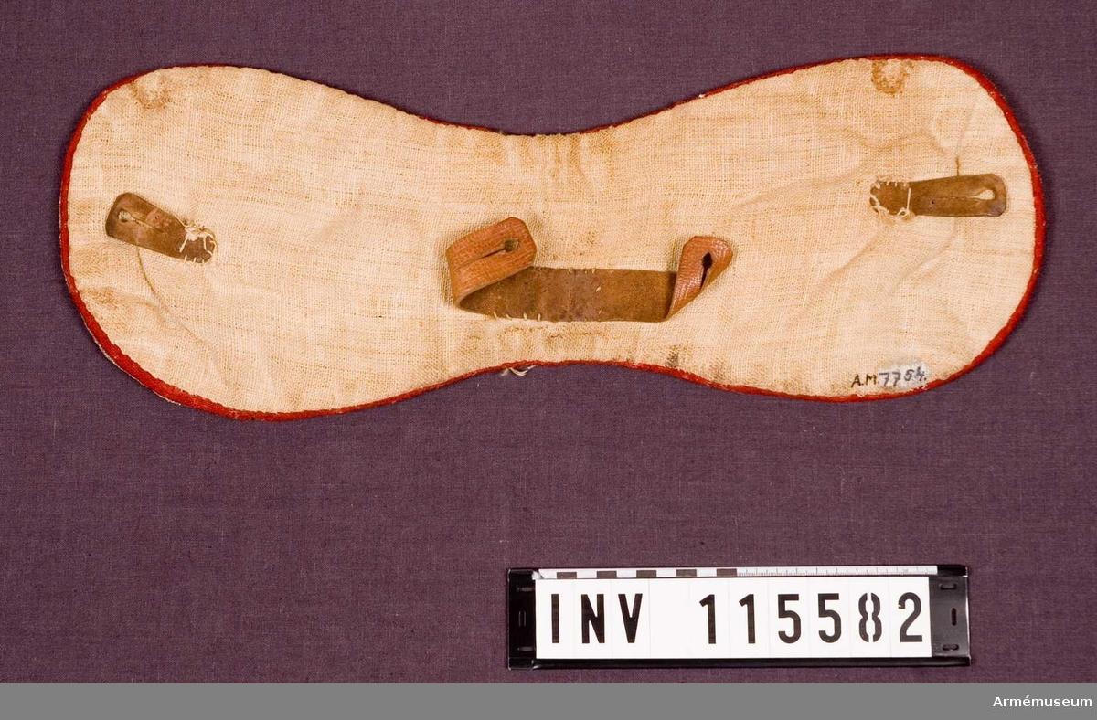 Grupp K: I. Pistolkappor av panterskinn med bård av guldgalon
