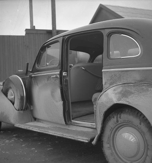 "Text till bilden: ""Plåtmanufaktur. Personbil. Polisbild. 1947.04.25""."