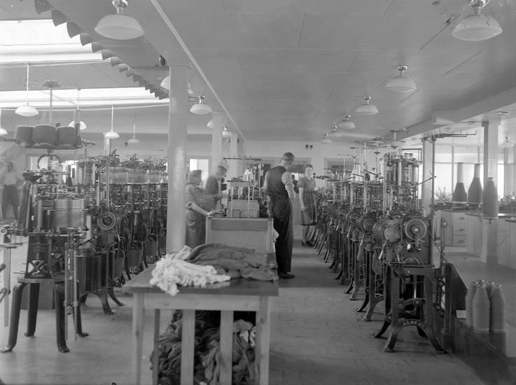 """Text till bilden:""""Maskiner för tillverkning av herrstrumpor""""."""