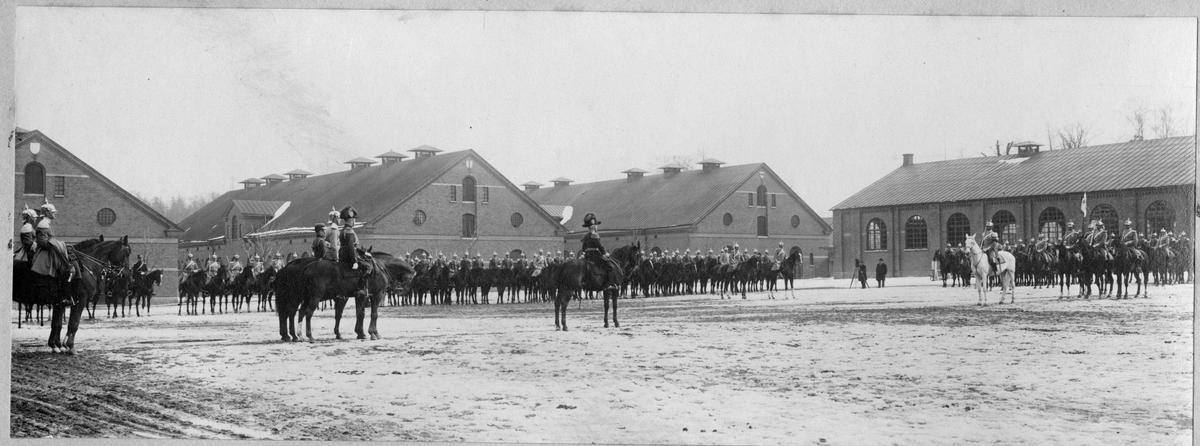 Livgardet till häst, K 1, uppställt framför stallbyggnaderna. I mitten konung Gustaf V.