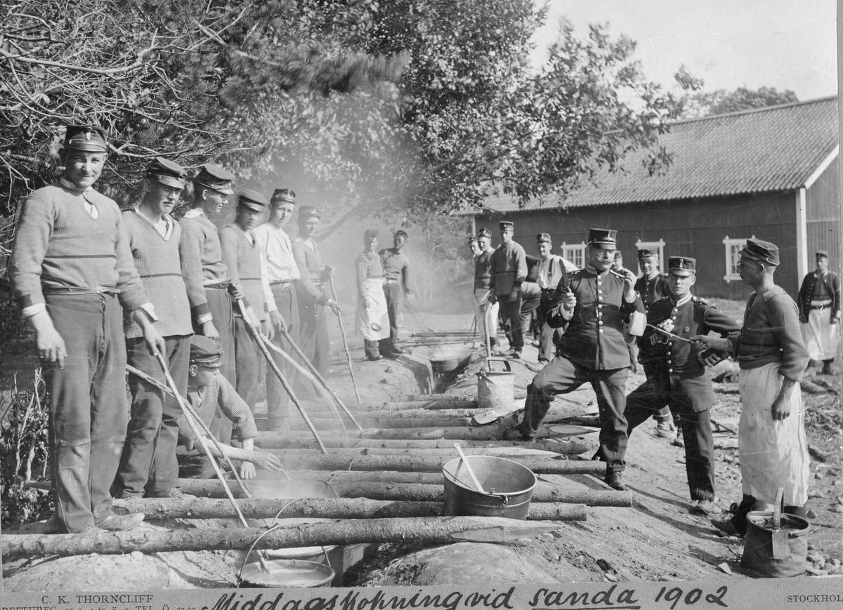 Fanjunkare provsmakar middagsmålet vid kokgroparna på Sanna hed 1902.