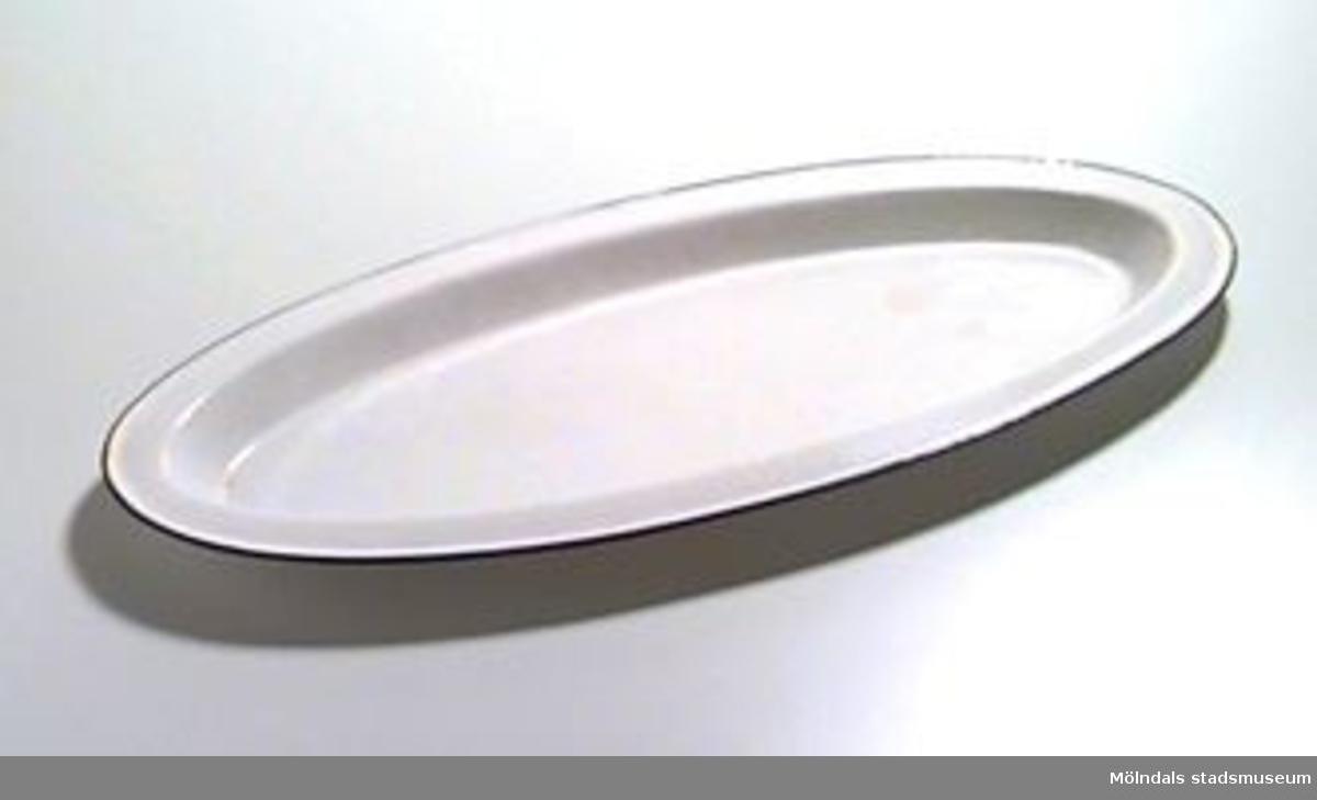 Ovalt emaljerat fat i vitt med blå kant.