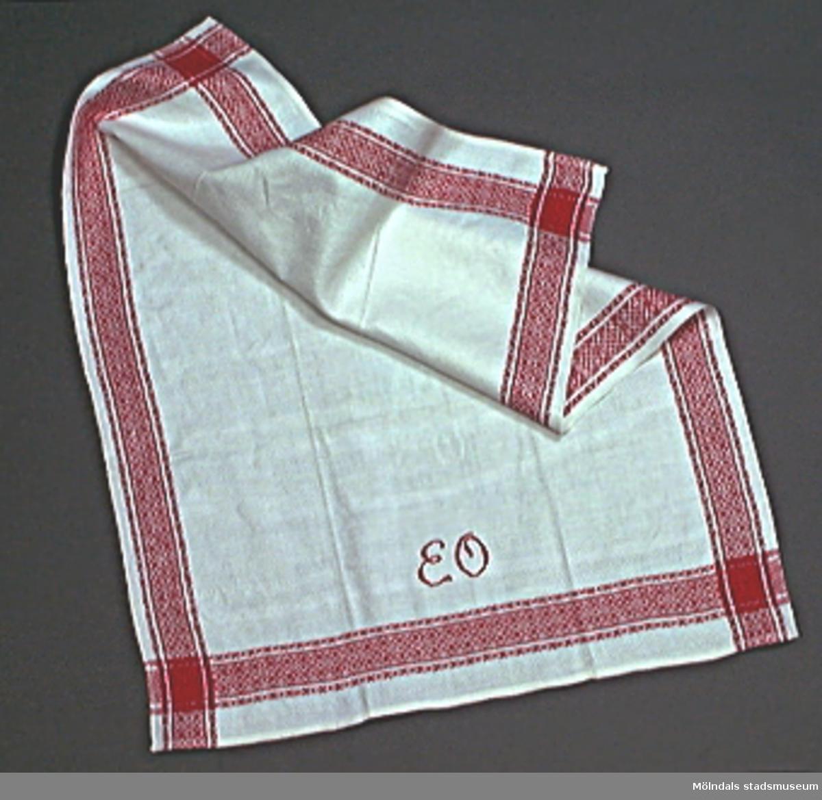 Två handdukar med broderat namn.