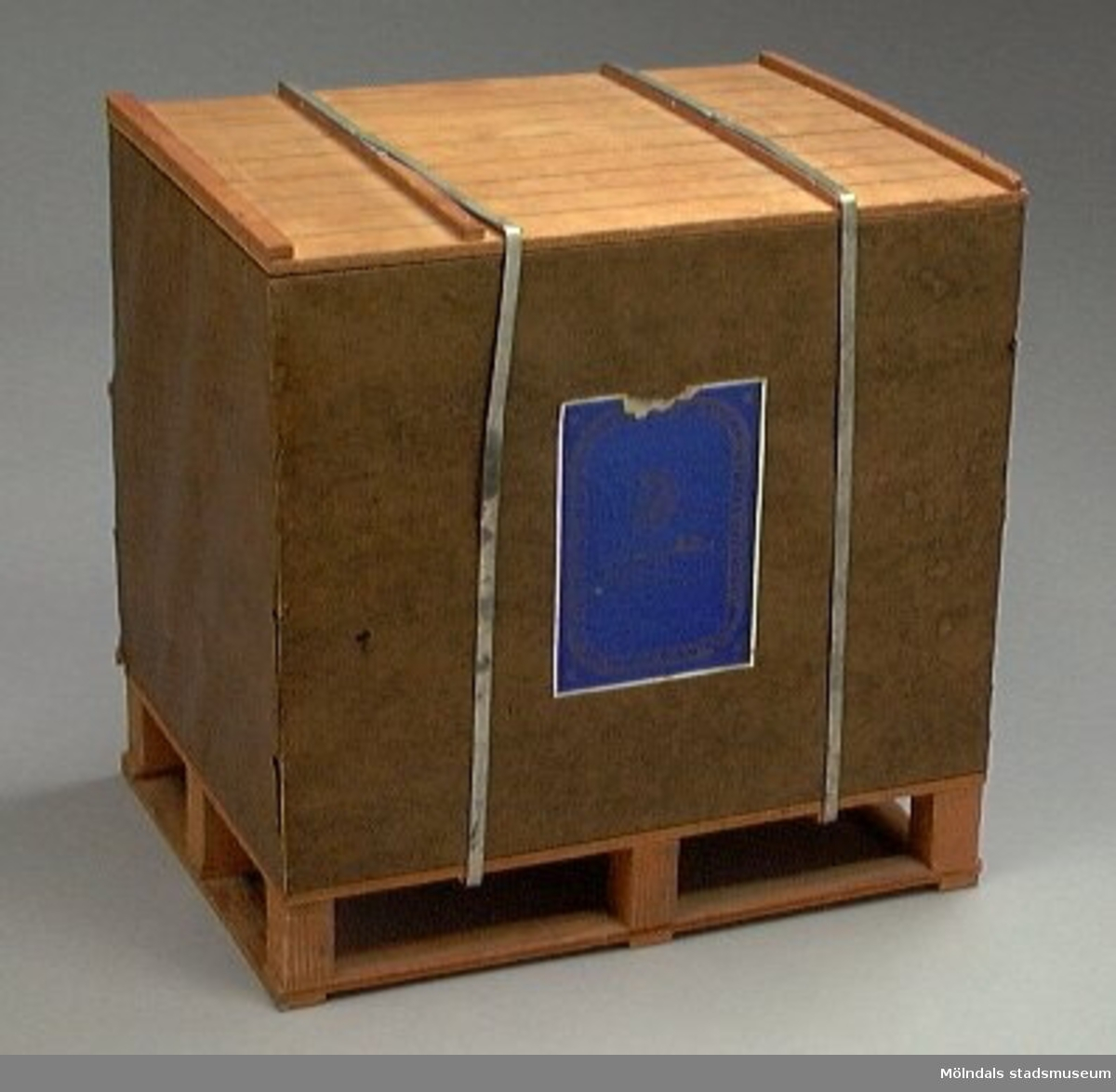 Pappersbalsmodell. Förminskad kopia av en pappersbal från AB Papyrus. Metallen är aluminium. Handgjord.