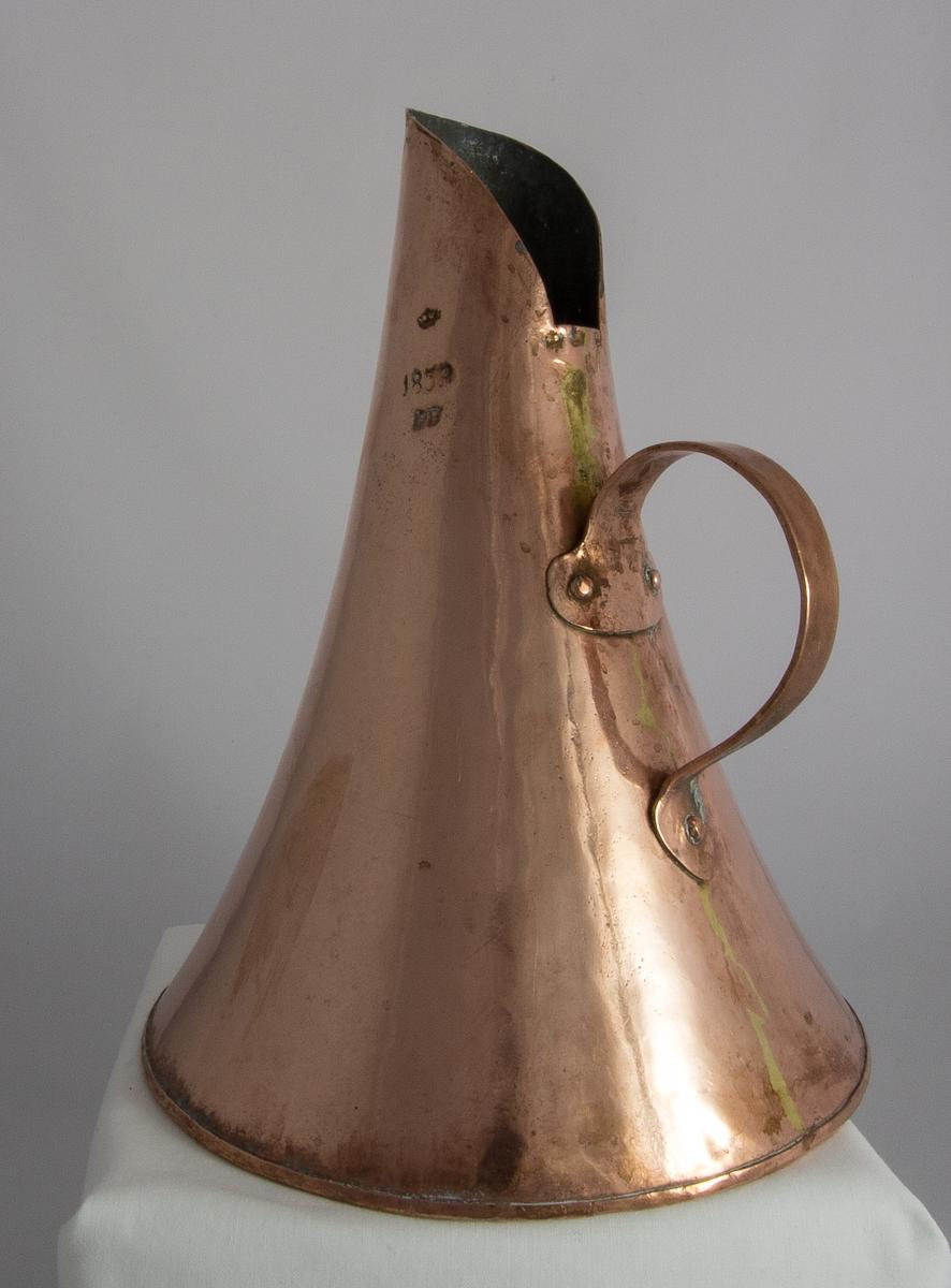 Mått, kanna, av förtent koppar med konisk form och nitat handtag. Volymmått för 2,62 l. Krönt och stämplat: 1853, PB.