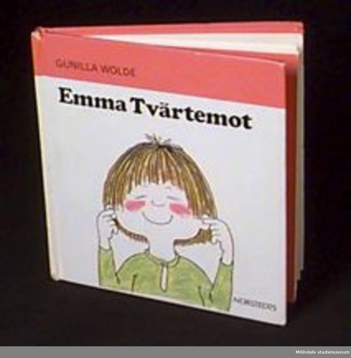 """Illustrerad sagobok för yngre barn. Författare och illustratör: Gunilla Wolde. Titel: """"Emma Tvärtemot"""". Märkt med stämpel från daghemmet: KATRINEBERGS DAGHEM  Måldomareg. 10  tel: 87 46 20  431 32 Mölndal.  Tidigare sakord: bok, barn-.Katrinebergs daghem var ett kollektivt daghem."""