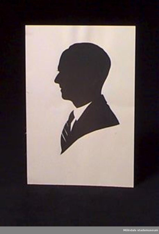 Ett mansporträtt utfört i klippt silhuett. Givaren var son till ägaren.