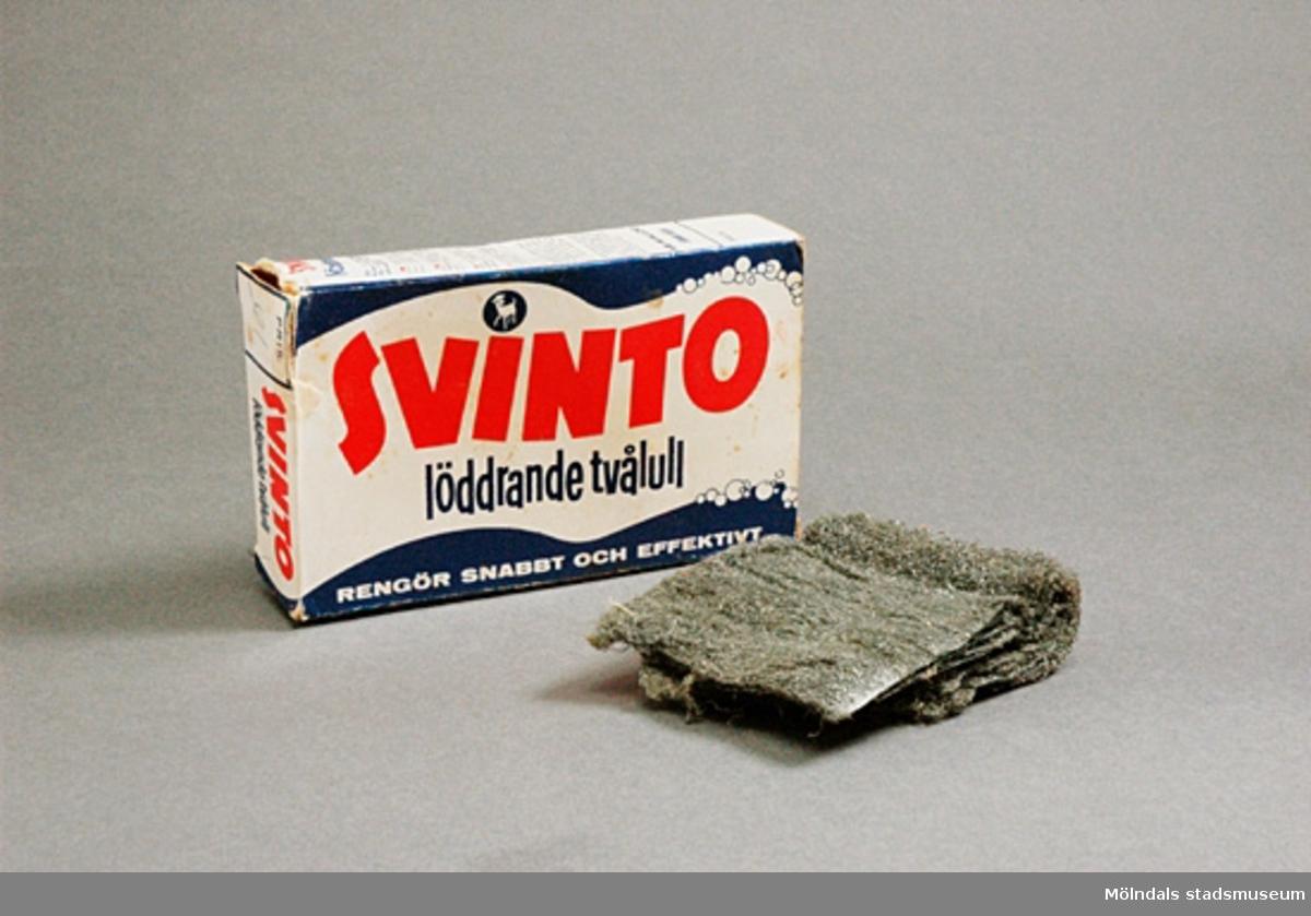 """Papperskartong med allrengöringsmedel Svinto löddrande tvålull.I kartongen finns även ett litet reklamblad med foto och information om """"att Svinto är oöverträffat när det gäller rengöring av hårt smutsade händer"""".Funnen i städskåpet i torpet som givaren köpt. Hon har ej använt den själv."""