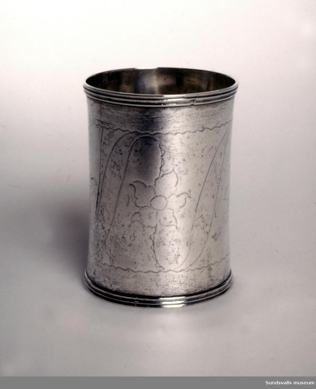 Dubbelbägare i silver, delvis förgylld. Profilerade kanter. Svisselerad dekor på livet. Stplr: Anders Johan Lignell, Sundsvall. Verksam 1806-1824 (1842).