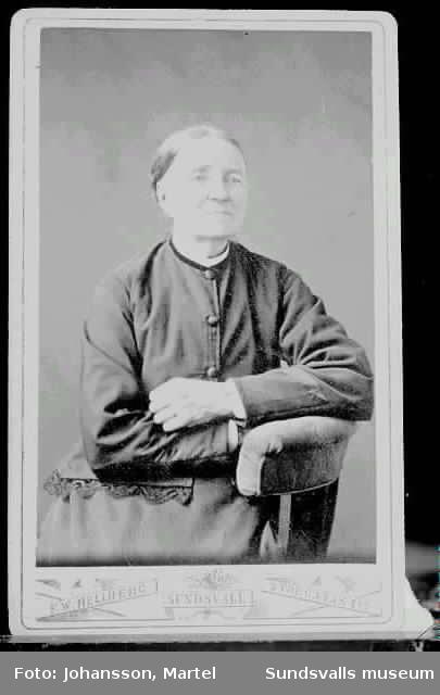 """Porträtt av kvinna. På foto texten """"F.W. Hellberg. Sundsvall Storgatan 217""""."""