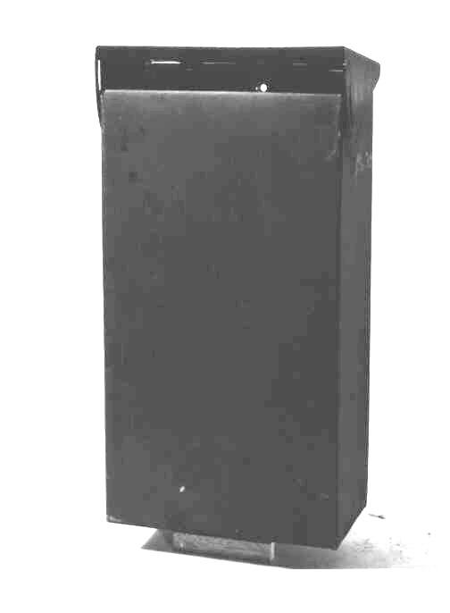Brevlåda så kallad förstadsbrevlåda av bleckplåt medsluttande tak. Vid brevs iläggande och vid tömning så öppnas taketvilket är fäst med gångjärn i bakstyckets överkant.