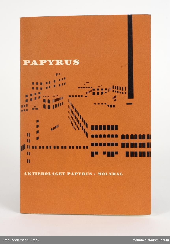 """Rostfärgat häfte, med texten """"Papyrus, Aktiebolaget Papyrus, Mölndal"""", samt stiliserad bild av fabriken på framsidan, från 1958.Texten i häftet är en kortfattad beskrivning av verksamheten på Papyrus i text och bild, och inleds med en kort historik. På insidan av den bakre pärmen finns ett pappfack, som innehåller ett häfte med tjugo """"Pappers- och kartongprover""""."""
