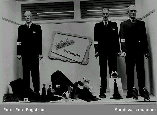 Öbergs Herrekiperingsaffär. Herrkläder i skyltfönster.