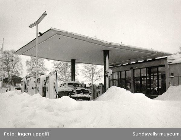 BP:s bensinstation, Norrmalmsgatan 12, Sundsvall. Föreståndarna hette i tur och ordning Einar Strööm, Evert Åkerberg, Ulf och Monica Andersson. Volvo Amazon vid pumparna.