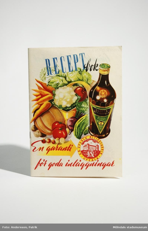 """Häfte - """"RECEPTbok En garanti för goda inläggningar"""", utgiven 1947 av Aktiebolaget Upsala Ättiksfabrik i Uppsala. Tryckeri: Tovar reklam, Åhléns & Åkessons offerttryckeri i Stockholm, 1947.Häftet innehåller recept på olika inläggningar, sylter, sallader och fiskrätter man kan göra med Slottsprodukter som ingrediens. Häftets framsida har vit bakgrund med en målad tryckt bild. Bilden föreställer en korg med grönsaker och en flaska Slotts-ättiksprit, tillsammans häftets namn + fabrikens logga.På häftets baksida finns en tryckt teckning på Upsala Ättiksfabrik, tillsammans med fabrikens namn, loggan: """"KUNGL. HOVLEVERANTÖR"""" och sloggan: """"EN MÖNSTERANLÄGGNING I SITT SLAG"""".  MåttLängd: 195 mm, Bredd: 140 mm, Höjd: cirka 2 mm"""
