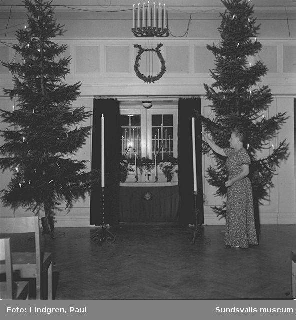 Julspel. Fru Gerlang tänder ljus.