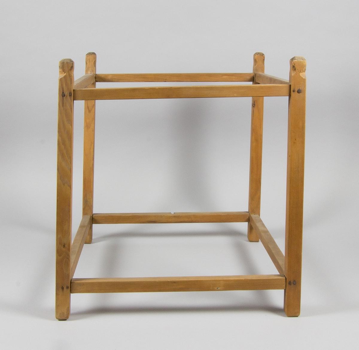 Ställ för silduk, i furu. Fyra ståndare med knoppar, åtta intappade tvärslåar.