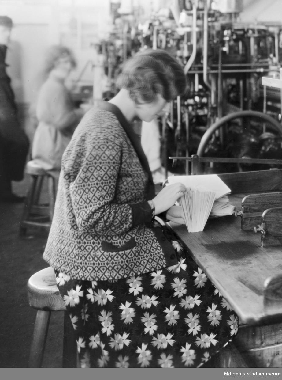 Kvinna arbetandes i Papyrus fabriker i Mölndal ca 1920.