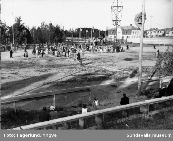 Midsommarfirande på fotbollsplanen i Ljungaverk, med dans kring midsommarstången.