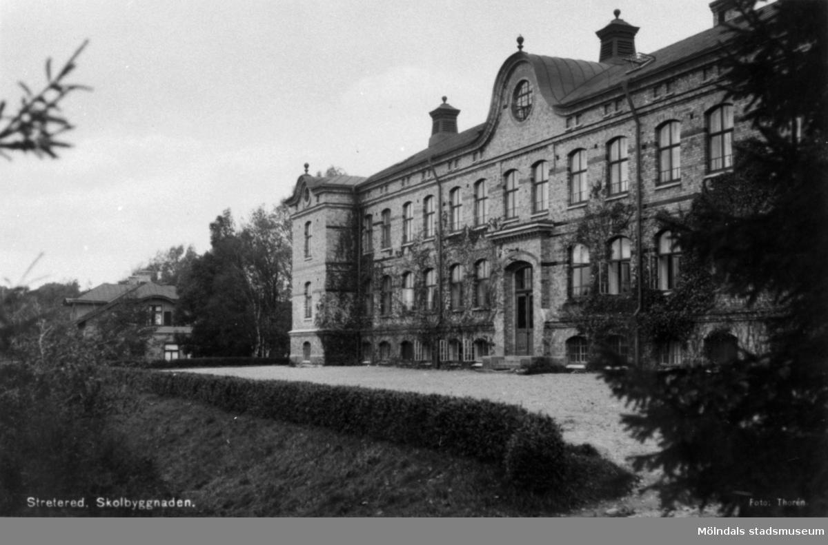 Stora skolan vid Stretereds skolhem, tidigt 1930-tal. Tidig bild med vindsplanet i det äldre utförandet innan branden 1944 och med murgrönan på fasaden.  Direktörsvillan har den äldre fasadbeklädnaden.