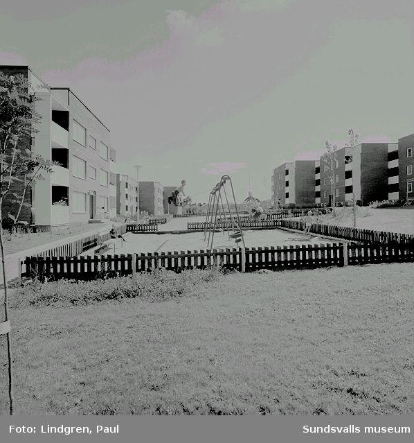 Stadsdelen Nacksta med hyreslägenheter i flerbostadshus, skivhus och lamellhus, uppförda av AB Sundsvallsbyggen, 1967 - 1971.