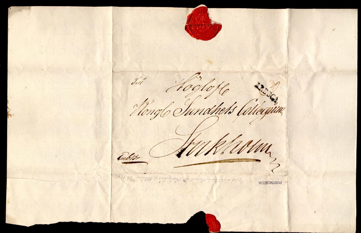 Brev adresserat till Kongl Sundhets Collegiet i Stockholm. Avsänt från Arboga. Brevet har förseglats med rött lacksigill. Brevet är monterat på ett albumblad. Stämeltypen var i bruk under åren 1819-1830, vilket daterar brevet till någon gång under denna tid. Sundhetskollegium var ett ämbetsverk inrättat 1813 och 1878 namnändrat till Medicinalstyrelsen.