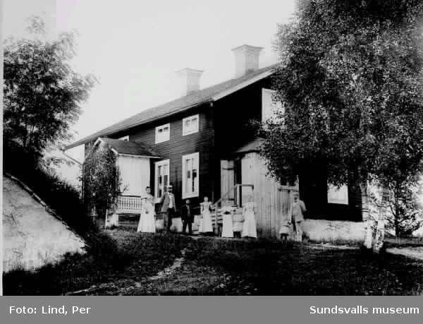 Bostadshus i  Ånge 1898. Gruppbild bestående av fem vuxna och två barn.