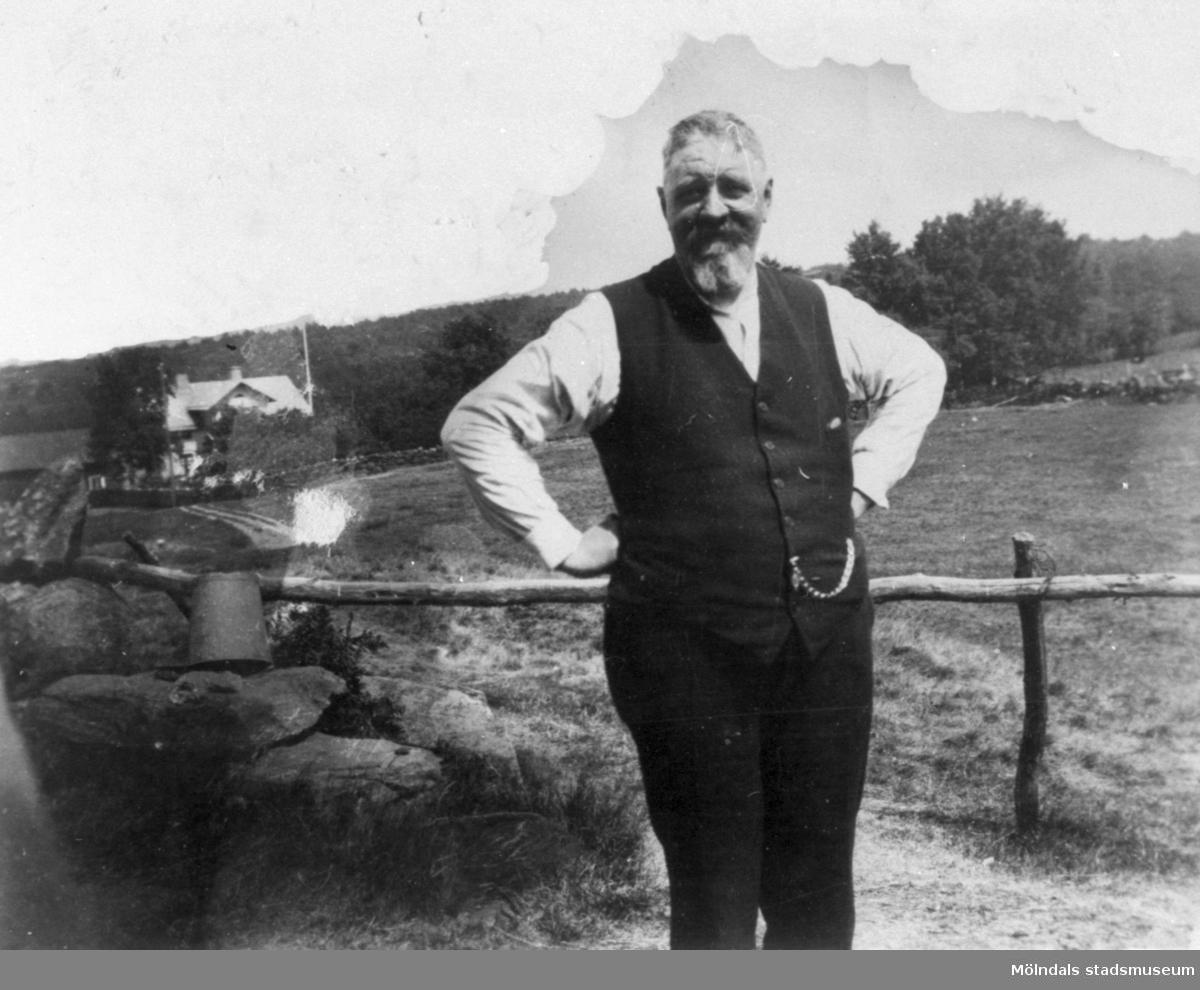 """Håkan Jönsson, direktör och föreståndare för Stretereds skolhem, på besök hos ingenjör Karl Alberts vid Tulebo Nordgård 1:4. I bakgrunden ses Oscar och Hildur Fredrikssons gård """"Oskars"""" (Tulebo Nordgård 1:2), 1920-tal."""
