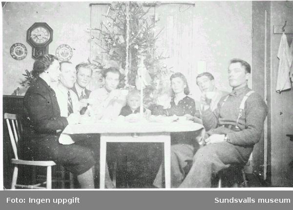 """Norskt polistruppsläger, Bataljon 3. """"Gutter fra Baggböle, jula 1944 hos familj i Holmarudden."""" (Text på fotografiets baksida.)"""