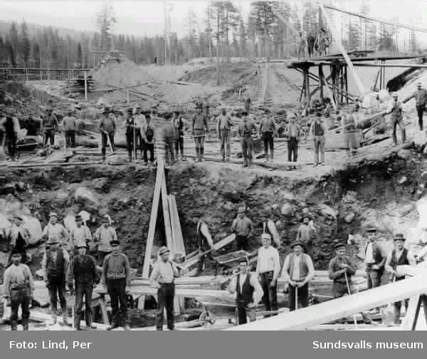 Alby 1898. Arbetare i turbingropen.