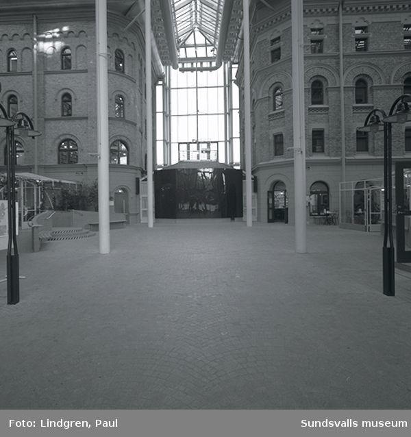 Mittkorset i Kulturmagasinet och museets utställningshall i gatuplanet