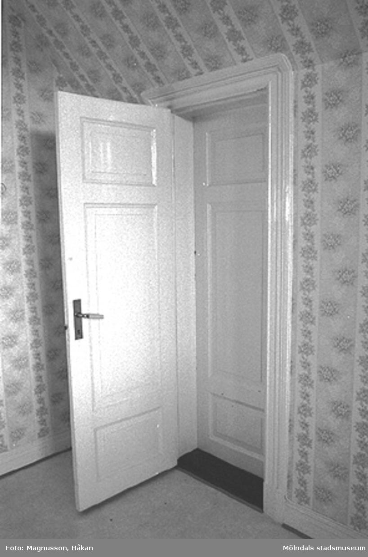 Byggnadsdokumentation inför rivning. En dörr i Kållereds station på Våmmedal 3:135 i Kållereds centrum, februari 1991. Alla dörrarna på andra våningen i stationshuset är nu använda i Långåker hembygdsgård, Kållered.