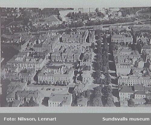 Flygfoto över del av staden från sydost. Träden i Esplanaden t h.