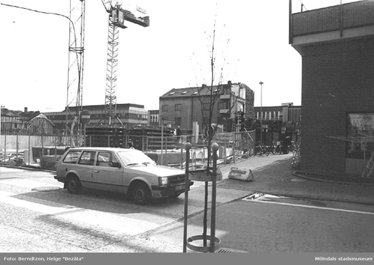 Uppbyggnad av Mölndals nya centrum 1975. Bergmansgatan närmast i bild. I bakgrunden ses Frölundagatan.