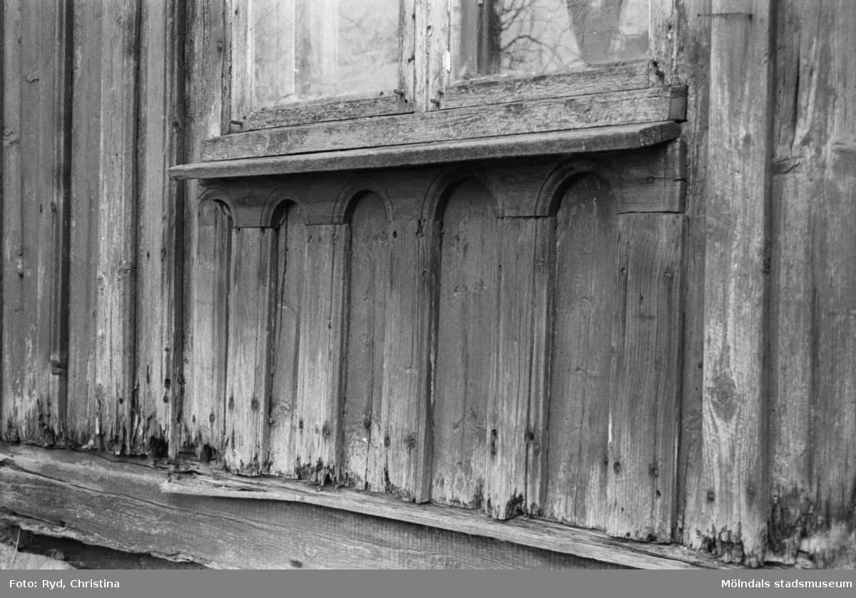 Del av träväggsfasad och fönster, 1992. Fågelsten 1:5.