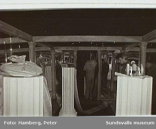 """Öppnandet av utställningen """"Mega Express"""", Sundsvalls centralstation. Utställningen Mega Express ingick i ett informationsprojekt om EG/EU inför folkomröstningen om EU-medlemskap i Sverige 1994. Utställningen bestod avi ett åtta vagnar långt tåg som turnerade runt i Sverige 1993-94 samt en faktabok. Projektet genomfördes av Kulturföreningen EPA."""