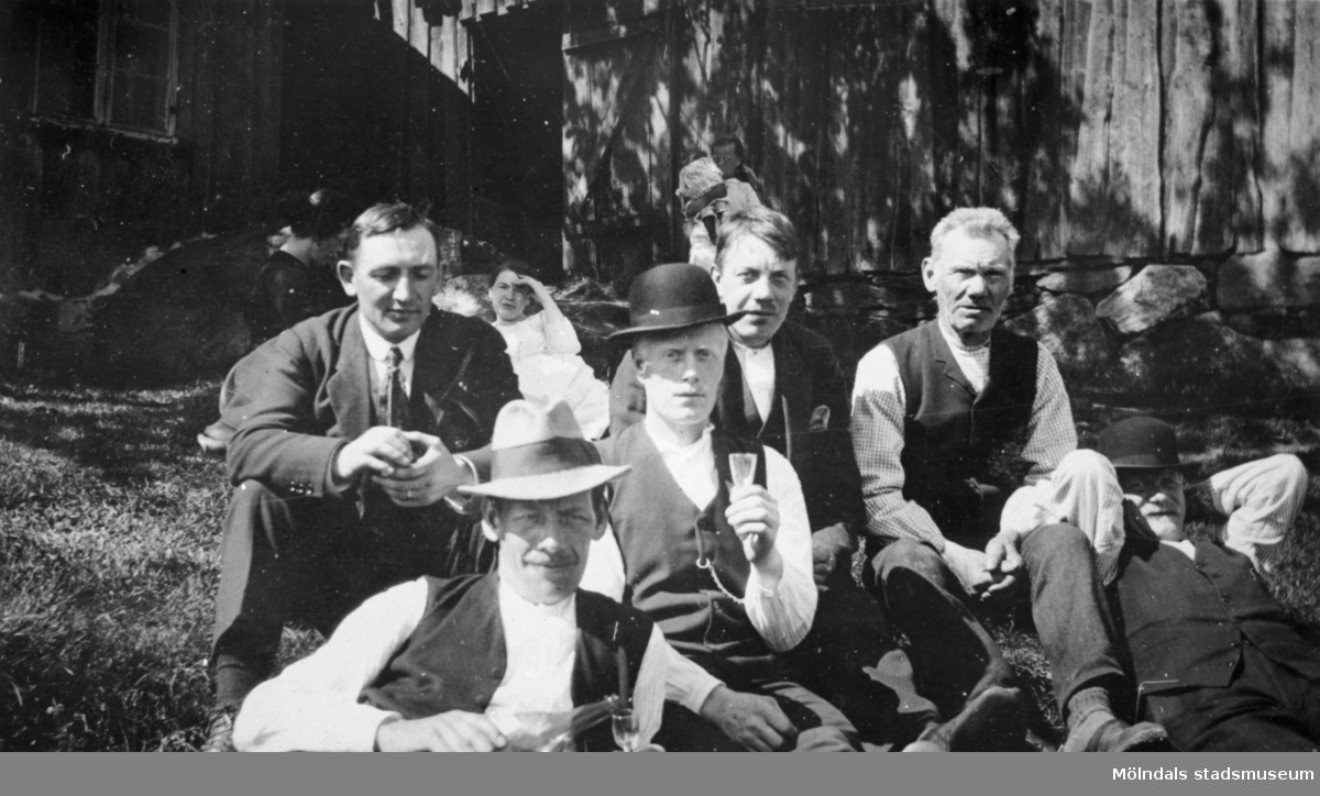 Sonja Persson, Johan Persson, Emil Emilsson, Anna Emilsson, Albert Persson, Karl (i Mösen) Andersson, Leander Karlsson och Martin Andersson är finklädda. Bygdens karlar på söndagsträff på Långö, 1920-talet.
