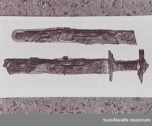 Bilder med koppling till utgrävningarna i Högom. Lådan med fynden lyfts ur graven. Lådan med fynden fraktas till Historiska museet. Bild på ett av fynden, svärdet.