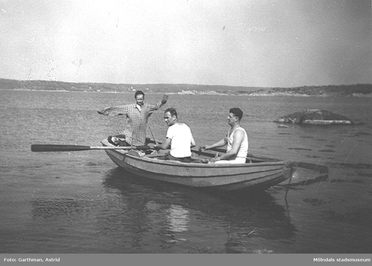 I familjen Garthmans eka vid Näset. Från vänster: Leif Garthman, Egron Andersson och Helmer Garthman. 1950-tal.