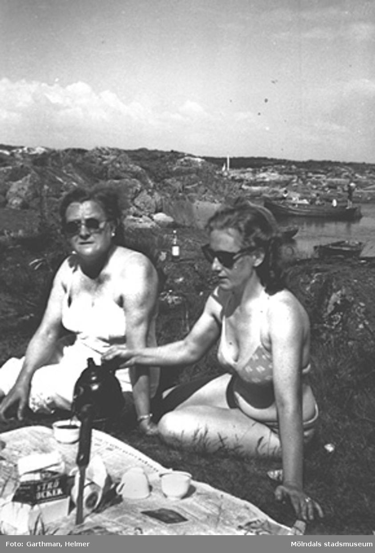 Anni Magnusson och Astrid Garthman fikar bland klipporna i Näset. Tidigt 1950-tal.