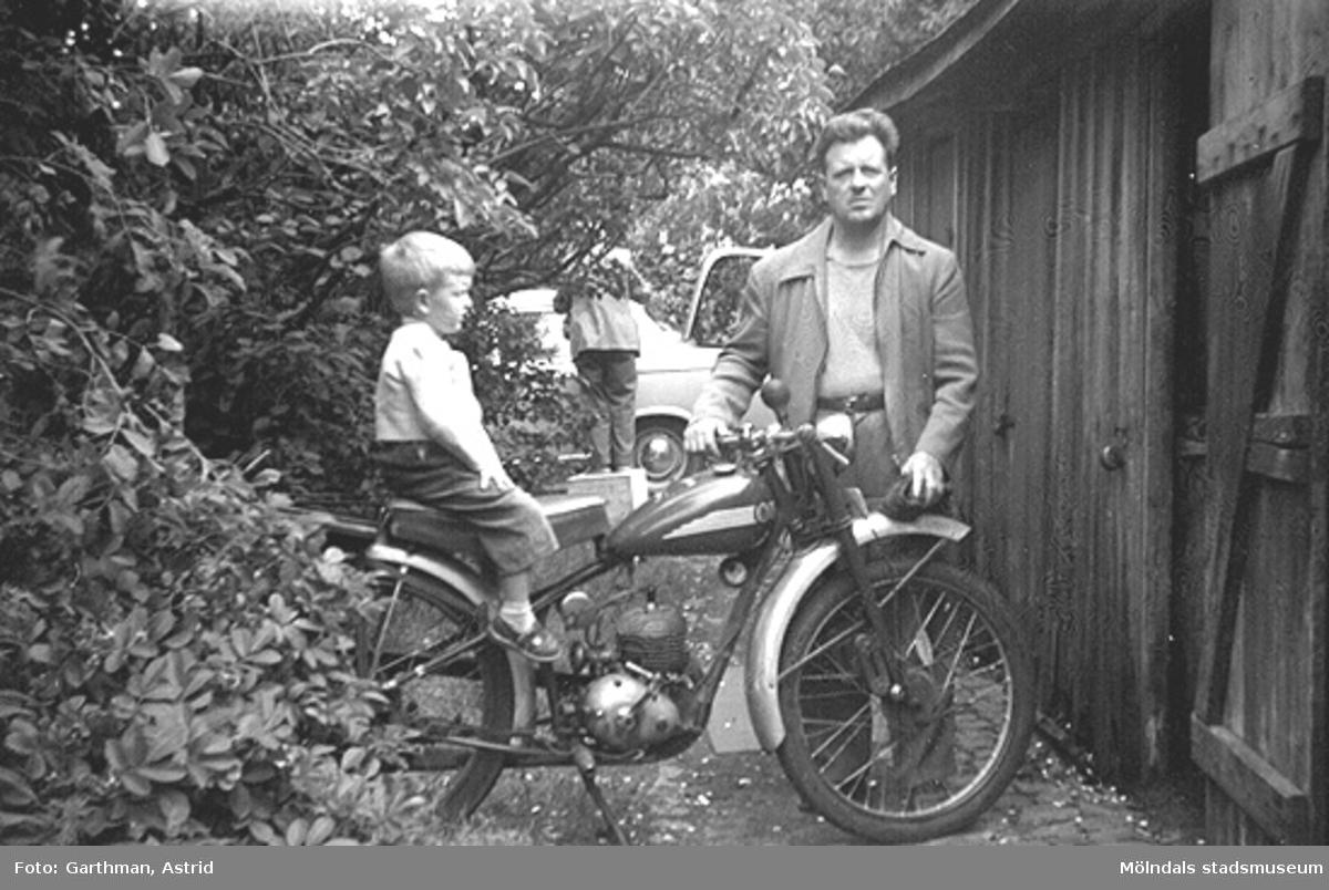 Jerry sitter på pappa Helmer Garthmans MC, Husqvarna 98cc, vid en vedbodlänga på Barnhemsgatan 21, år 1958.