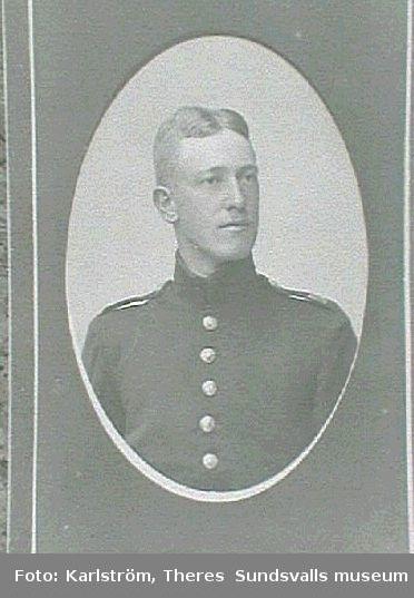 Visitkortsporträtt av ung man i uniform.