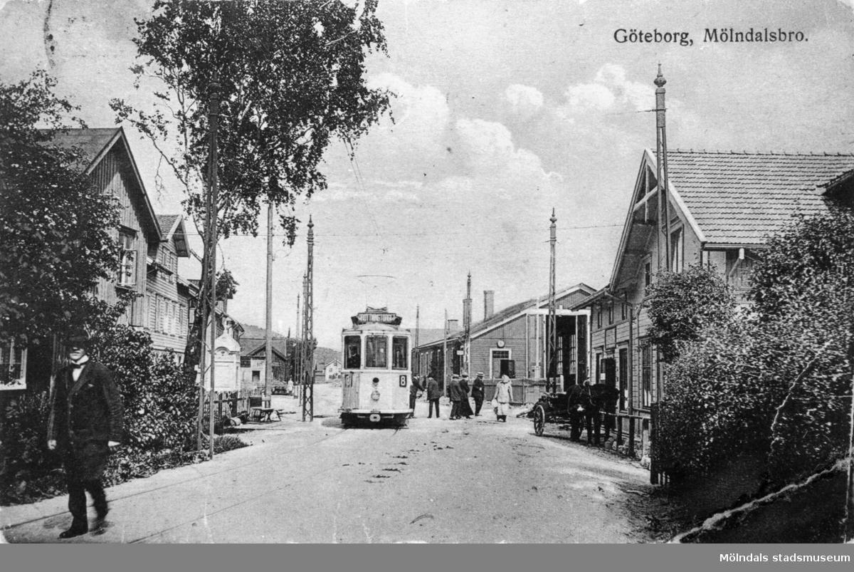 """Vykort """"Göteborg, Mölndalsbro"""" på  Mölndalsbro och spårvagn 8, postat den 15/8 1927. Till vänster ses Kungsbackavägen 2 och Göteborgsvägen. Till höger ses  spårvagnshallarna (i hörnet mellan Kvarnbygatan och Göteborgsvägen) samt Kungsbackavägen 1 (Bankhuset)."""