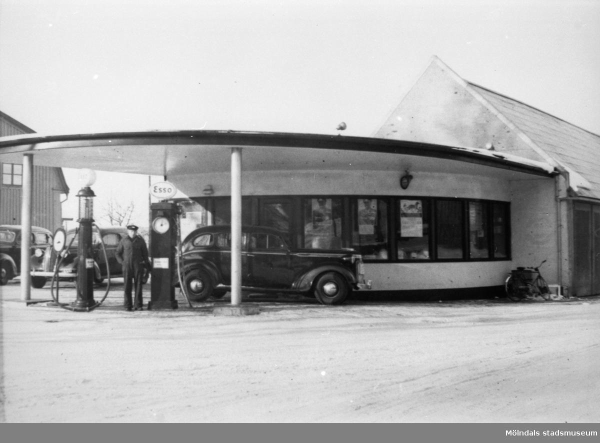 Gunnar Olssons bensinstation (Esso-tapp) i hörnet mellan Frölundagatan och Toltorpsgatan, 1940-50-tal.