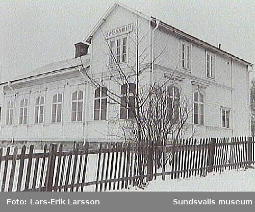 Baptistkapellet. Baptistkyrkans fastighet, som ägdes av sällskapets Söndagskolans Vänner, var belägen i hörnet Ortviksvägen-Vasagatan. Kyrkolokalen hade uppförts vid sekelskiftet och pastorsbostaden hade tillkommet 1933.