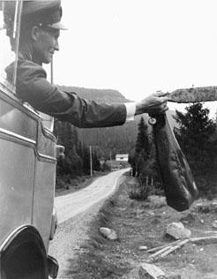 Bildiligens på linjen Borgafjäll - Dorotea.  Foton 24/7 1963. Vid hållplatsen i Tvärsele by, 7 km. före Risbäck, inhämtar chauffören Rolandsson byns postväska.