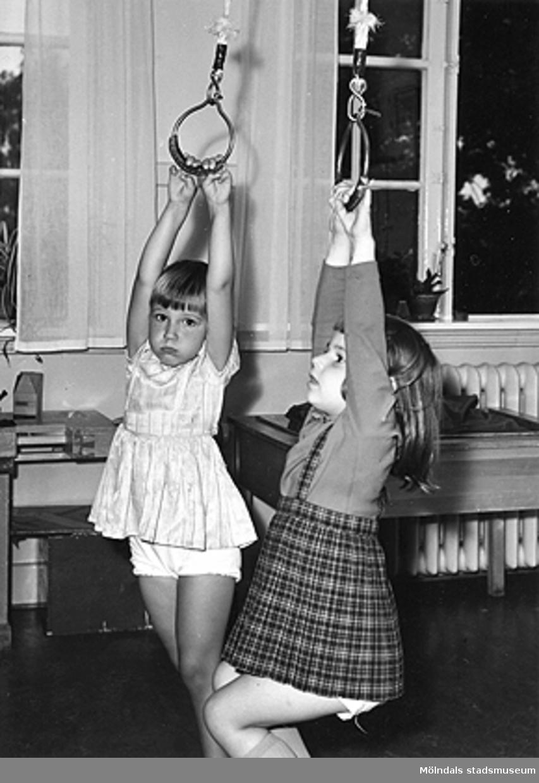 Två flickor i rep som hänger från taket vid Holtermanska daghemmet 1953.