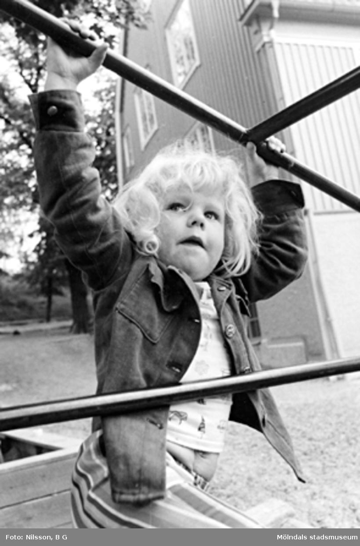 Ett barn i en klätterställning. Holtermanska daghemmet 1973.